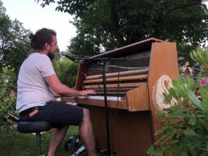 Tiny House Lebensstil - Schraubenyeti am Klavier