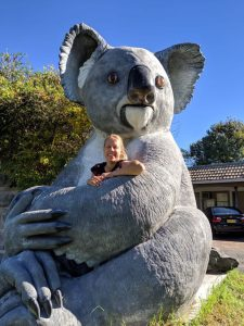 Tiny House Lebensstil - Jenny kuschelt mit Koala