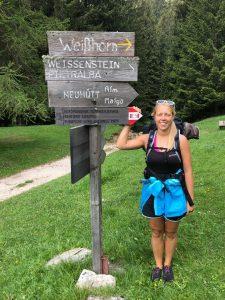 Tiny House Lebensstil Jenny wandert in den Alpen